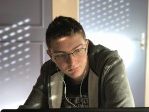 Logan bossant sur son ordinateur